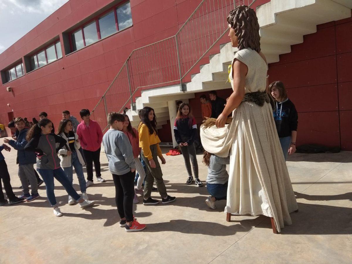 Els gegantons neolítics de l'Espluga visiten l'Institut Joan Amigó