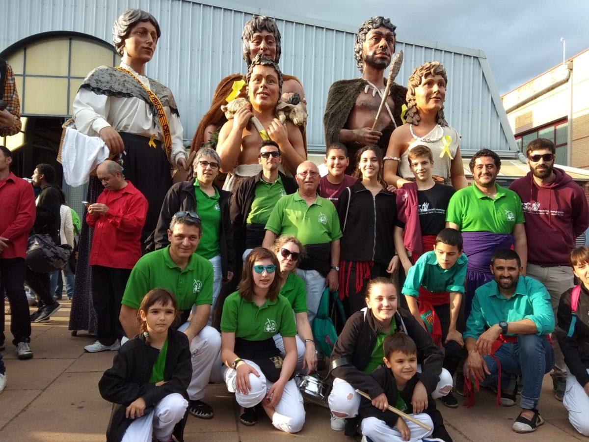 La família neolítica visita Llinars del Vallès amb motiu de la trobada gegantera