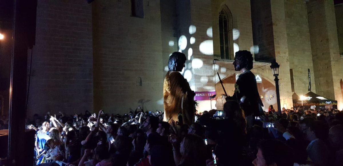 Els Gegants Neolítics sorprenen a Buhos en plena nit de Festa Major