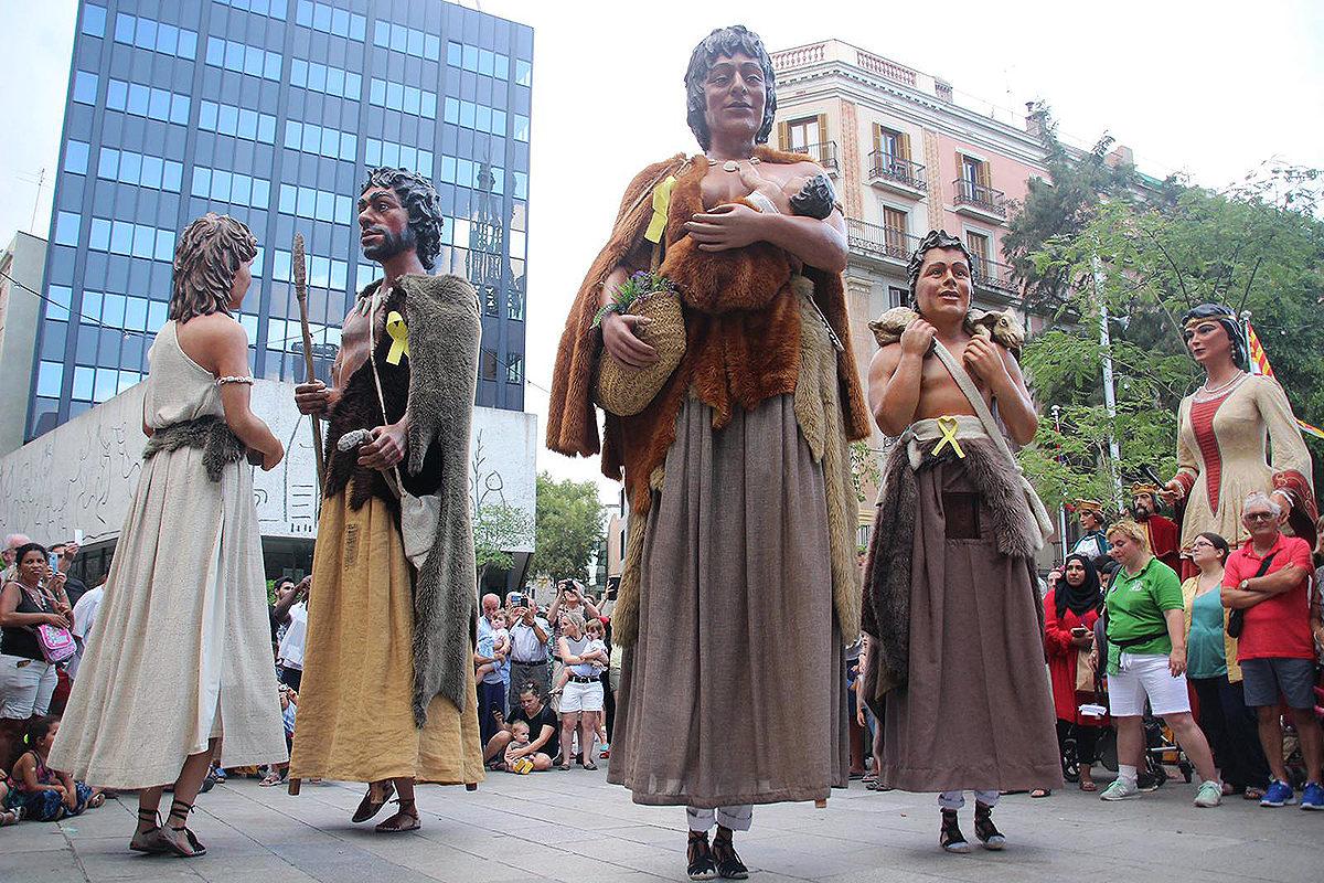 Els Neolítics, convidats d'honor entre els gegants de Barcelona a la plaça Nova