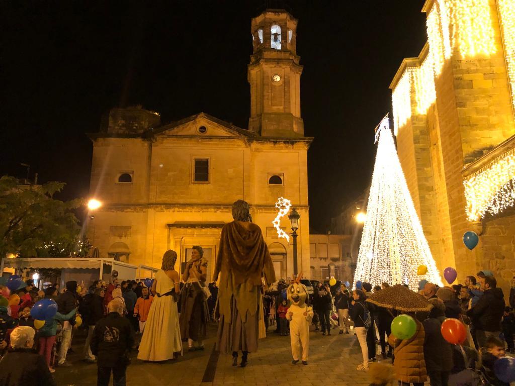 Els Gegants Neolítics, els Grallers i el Rovelló participen en l'encesa de llums de Nadal