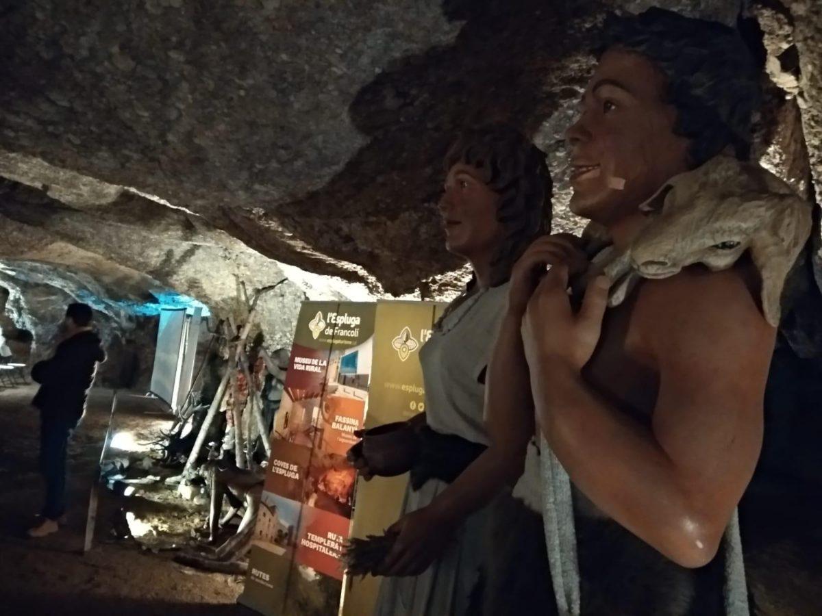 Els Gegantons Neolítics presents a la presentació del conjunt de gravats paleolítics a la Cova de la Font Major.