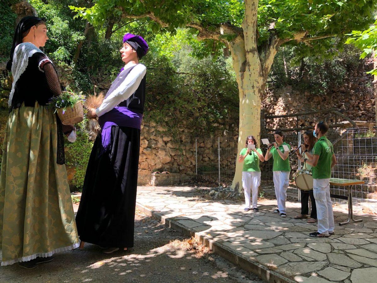 Els Grallers de l'Espluga acompanyen els gegants de la Trinitat en la reobertura de l'Ermita